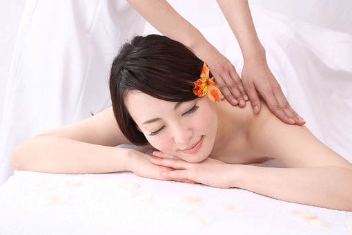 Male therapist is massaging a woman with oil - 女性用出張オイルマッサージ